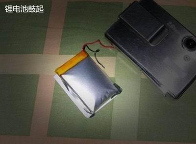 Вздутый литиевый аккумулятор.