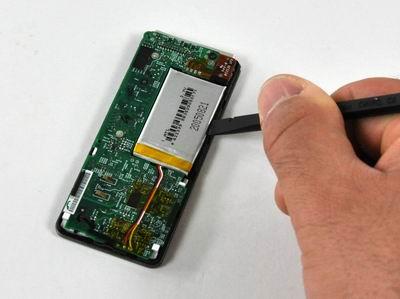 Подрываем соединение батареи с корпусом плеера.