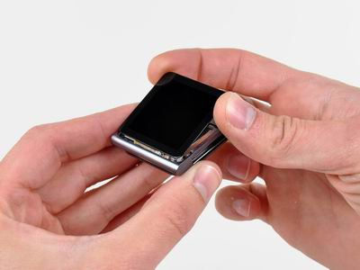 Приподнимаем экран ipod nano 6g.