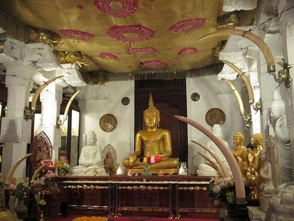 Внутри Храма Зуба Будды.