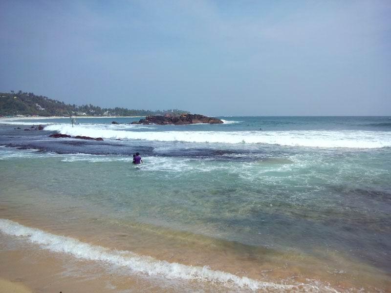 В этом заливе купаются те, кто боится больших волн.