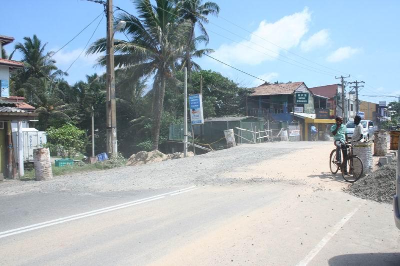 Хиккадува. Главная трасса практически на на пляже.