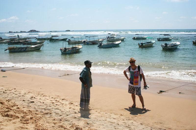 Пляж Хиккадувы. Приставалы и берег переливающийся от бензина.