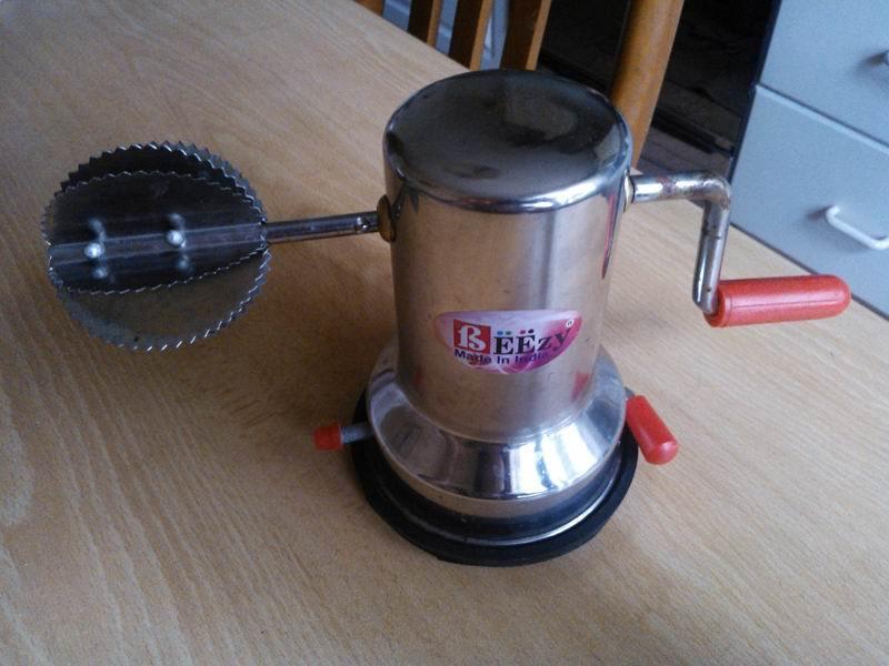 Ручная машинка для получения кокосовой стружки.