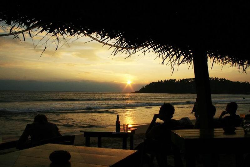 В левой части пляжа Мириссы - лучшие закаты!