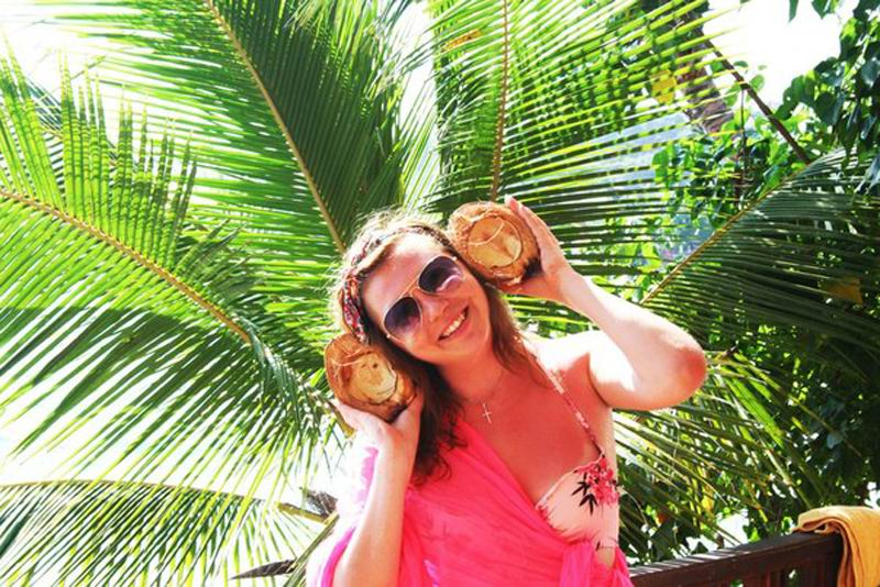 Раскололи кокос, а он оказался пустой. Для фото сгодился.