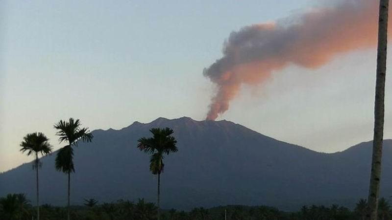 Извержение вулкана Раунг, Индонезия