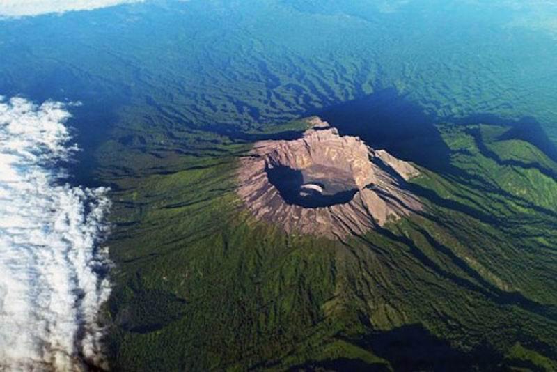 Вулкан Раунг, Индонезия.