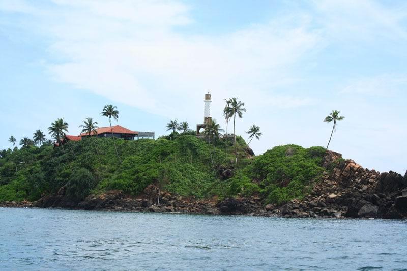 Увидели наш любимый маяк, со стороны океана.