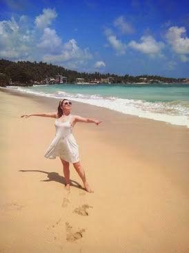 Унаватуна, октябрь месяц. Пляж почти пустой.