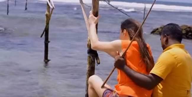 Ланкийский муж показывает новой жене, как нужно ловить рыбу.
